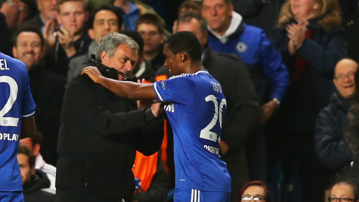 Eto'o y Mourinho se abrazan en su etapa en el Chelsea. (Getty)