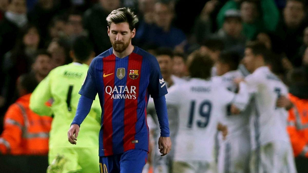Messi anda cabizbajo mientras el Madrid celebra el gol de Ramos. (EFE)