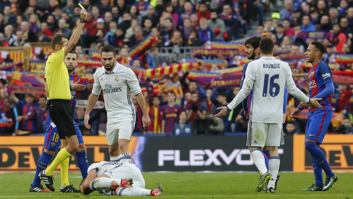 Neymar vio la cartulina amarilla en el Clásico. (AFP)