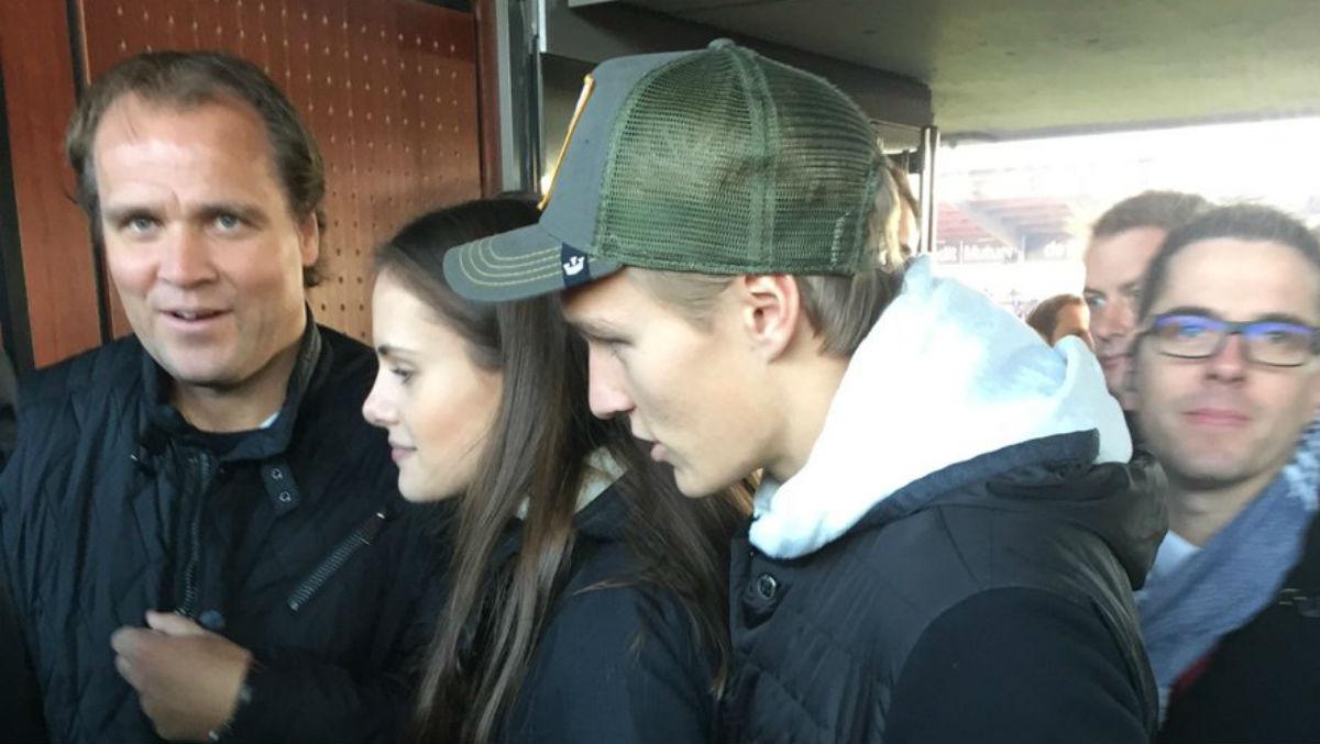 Odegaard acude a ver al Rennais junto a su padre. (Twitter @bidrac15)