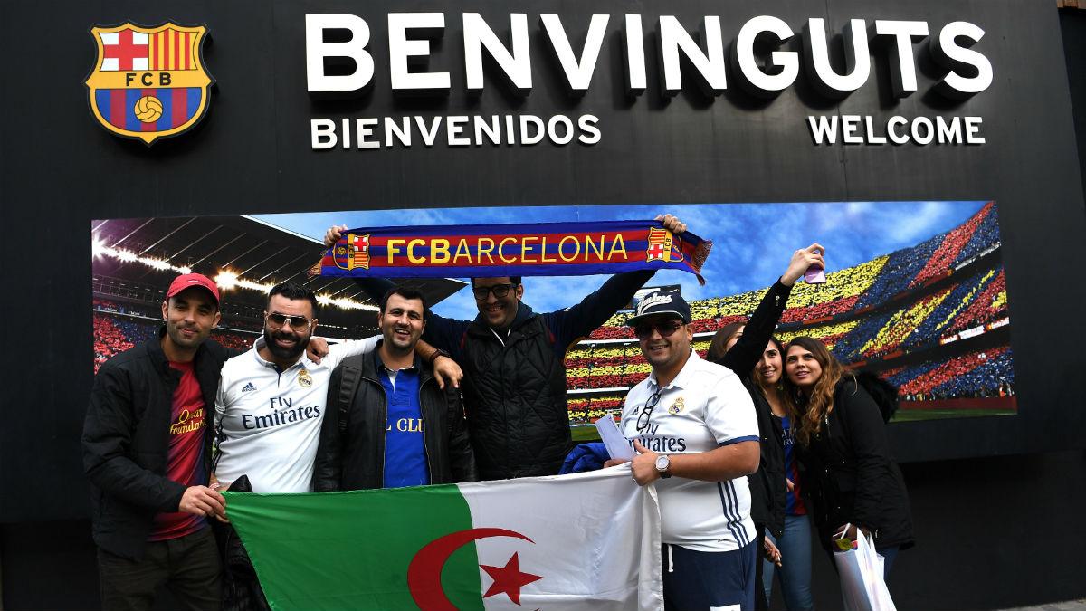 Aficionados del Real Madrid y del Barcelona en el Camp Nou. (Getty)