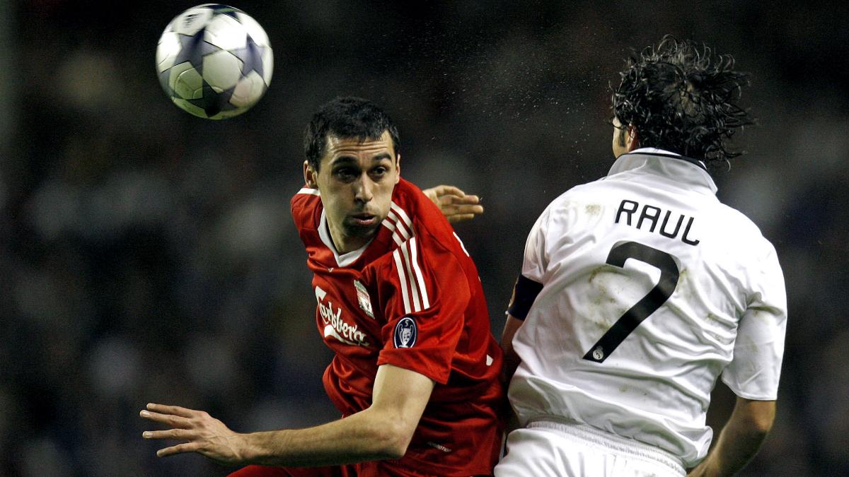 Arbeloa pugna con un balón con Raúl en el Liverpool-Real Madrid. (AFP)