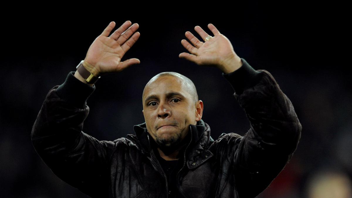 Roberto Carlos saluda a la afición del Real Madrid. (Getty)