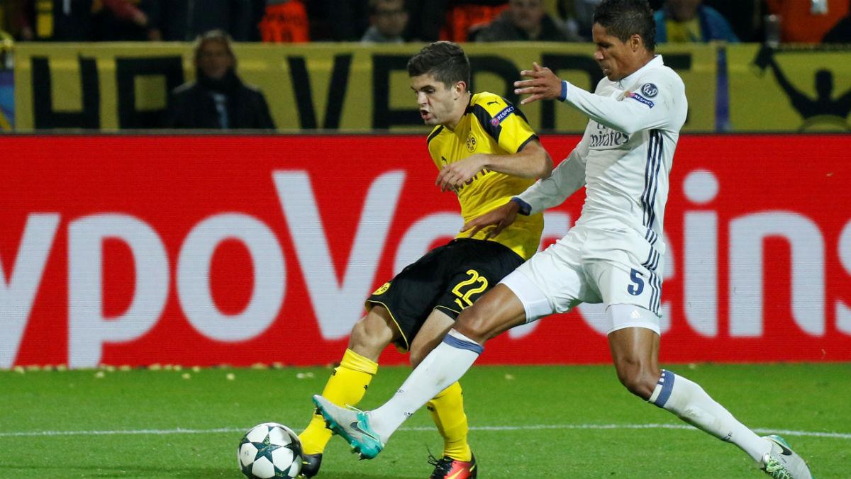 Varane disputa un balón en el partido de Dortmund. (Getty)