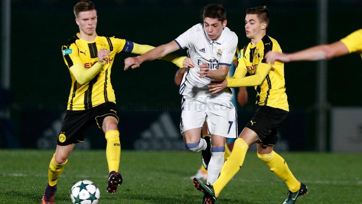 Valverde pugna por un balón en la derrota del equipo de Guti ante el Dortmund. (realmadrid.com)