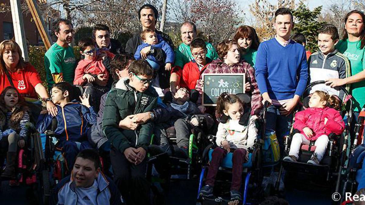 Cristiano posa junto los niños de la Fundación Numen. (realmadrid.com)