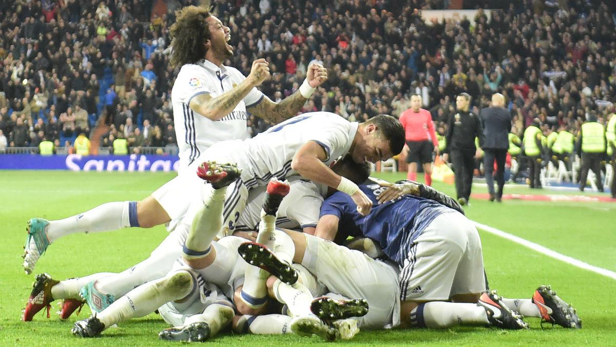 Los jugadores del Real Madrid celebran el 3-2 al Depor. (AFP)
