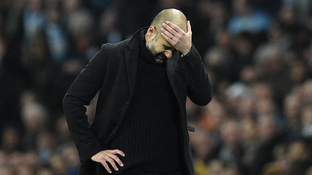 Pep Guardiola, lamentándose en la banda.