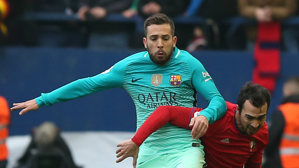 Jordi Alba pelea por un balón con De Las Cuevas. (AFP)