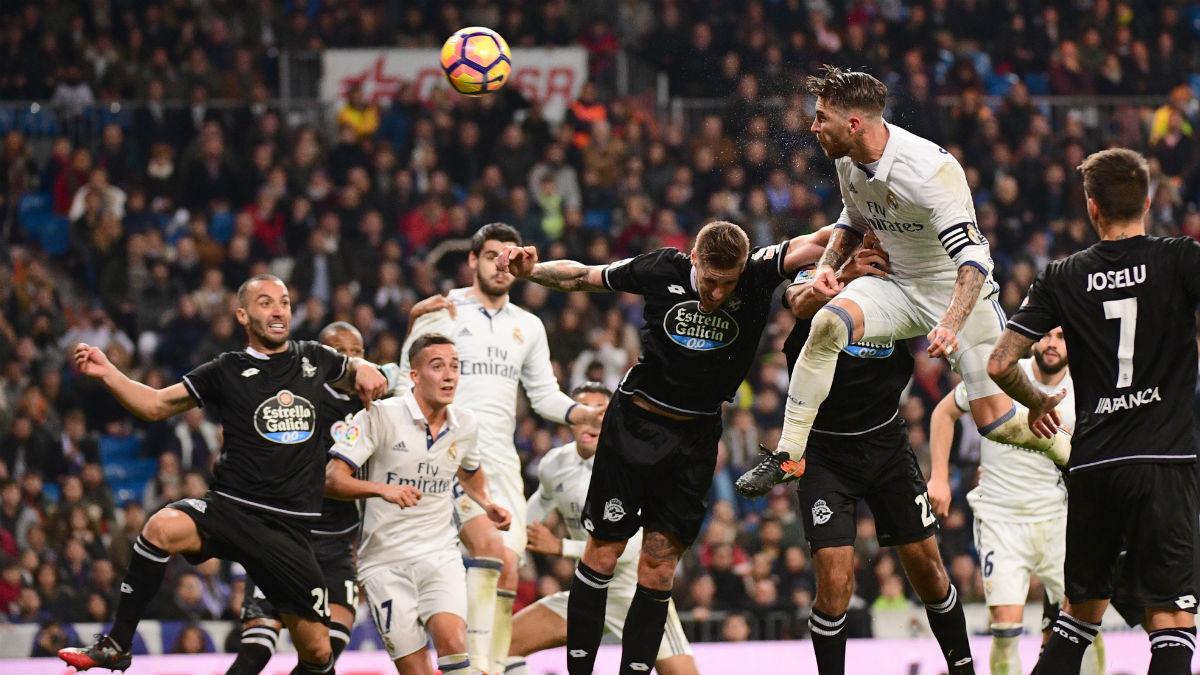 Sergio Ramos consigue el tanto del 3-2 en este córner. (AFP)
