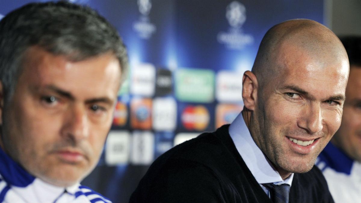 Zidane y Mourinho en una rueda de prensa. (AFP)