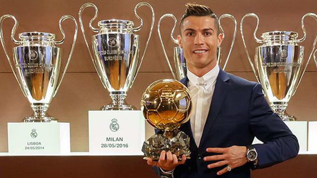 Cristiano Ronaldo, posando con su cuarto Balón de Oro en el Bernabéu.