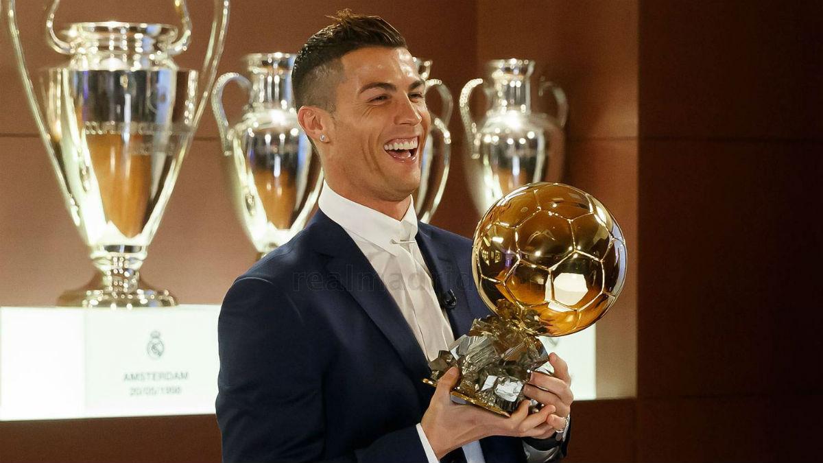 Cristiano Ronaldo con su cuarto Balón de Oro. (realmadrid.com)
