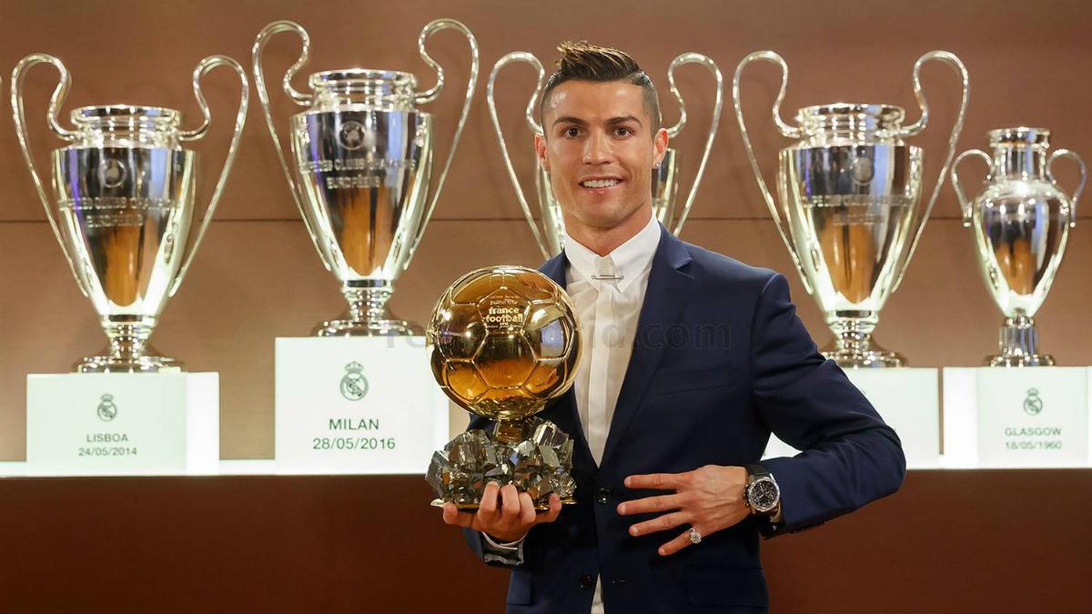 Cristiano posa con su cuarto Balón de Oro. (realmadrid.com)