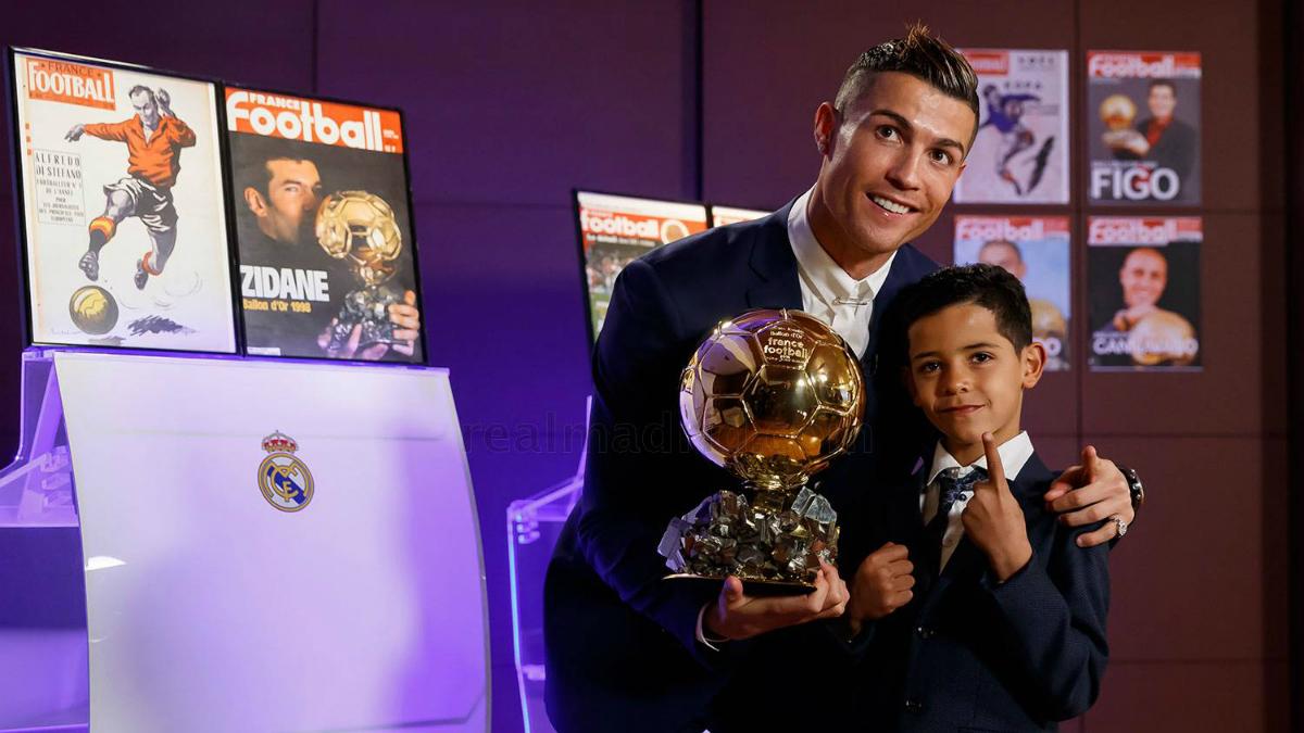 Cristiano posa con su hijo y el Balón de Oro. (realmadrid.com)
