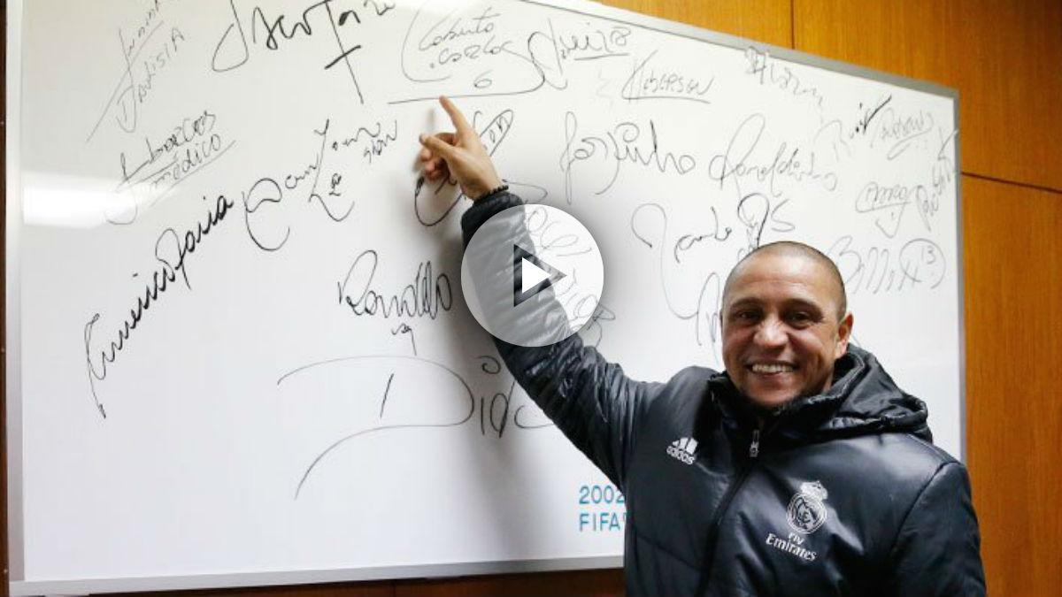 Roberto Carlos señala la pizarra del estadio Internacional de Yokohama. (Realmadrid.com)