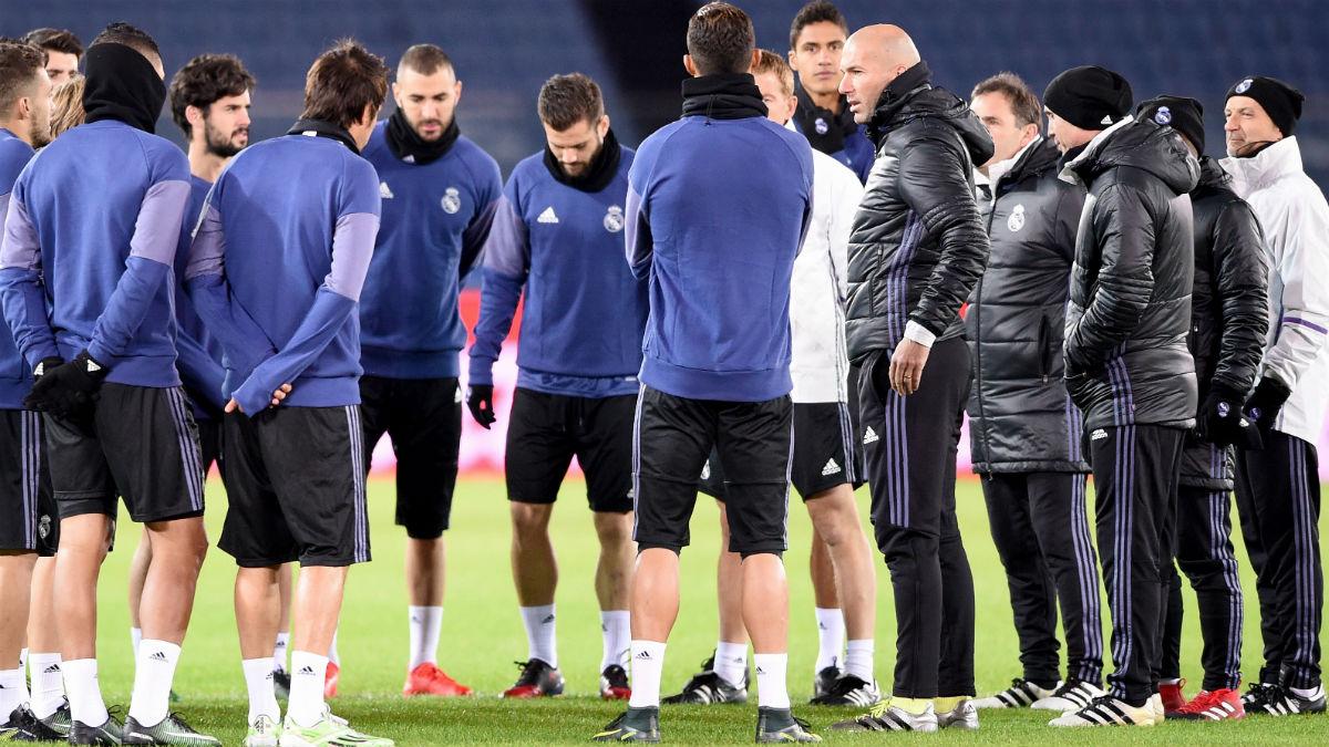 Zidane da instrucciones a sus jugadores en el entrenamiento. (AFP)