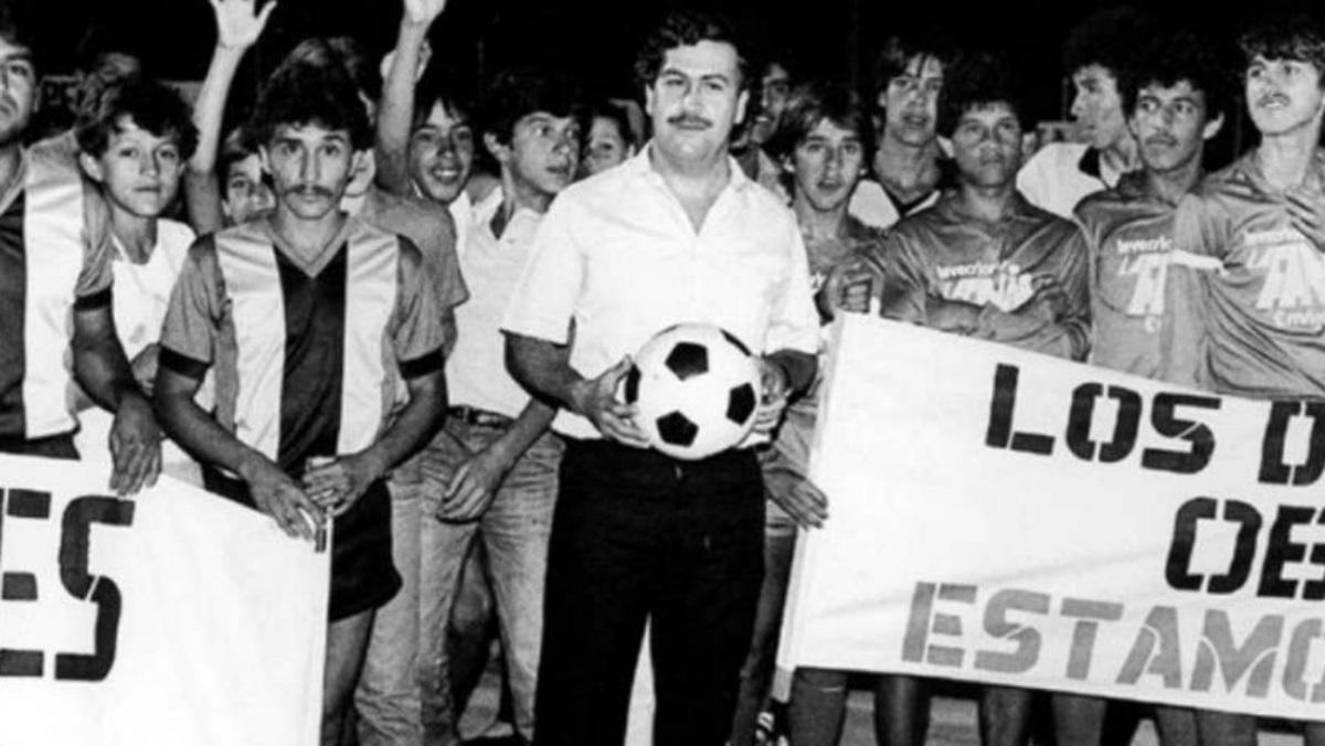Pablo Escobar, con los jugadores del Atlético Nacional de Medellín.