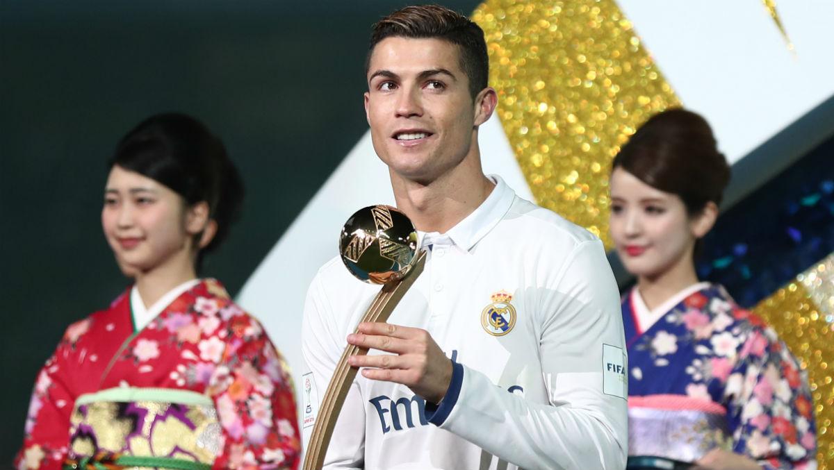 Cristiano recibe el Balón de Oro del Mundial. (AFP)