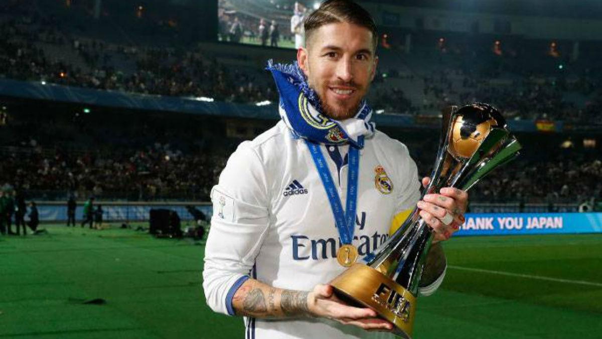 Sergio Ramos posa con el Mundial de Clubes. (Realmadrid.com)