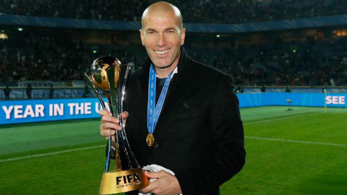 Zidane posa con el Mundial de Clubes.