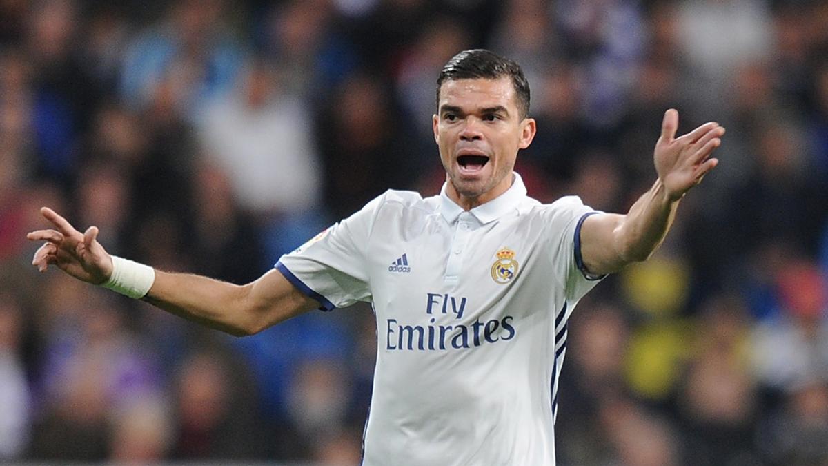 Pepe, dando órdenes a sus compañeros durante el Real Madrid-Deportivo.