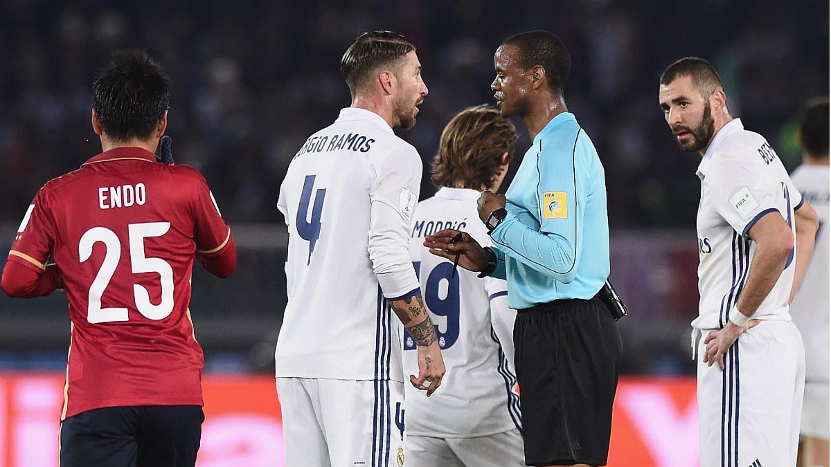 El árbitro habla con Sergio Ramos tras una acción durante el Real Madrid-Kashima. (Getty)