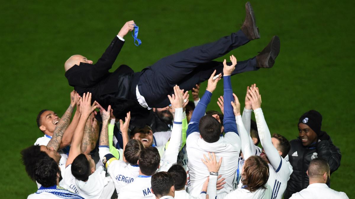 Zidane, manteado por sus jugadores tras ganar el Mundial de Clubes. (AFP)