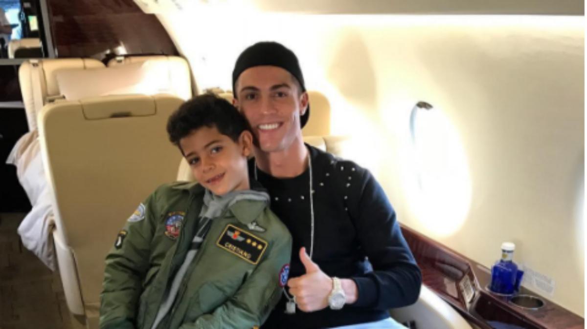 Cristiano Ronaldo posa en su avión junto a su hijo. (Instagram)