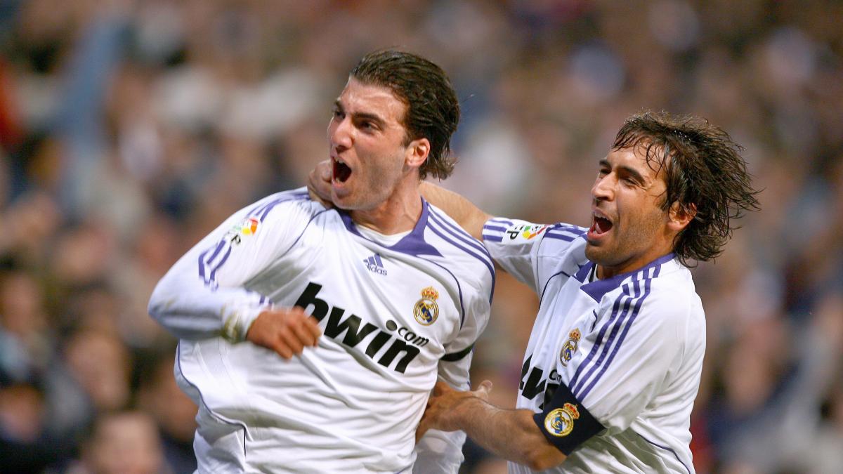 Higuaín y Raúl celebran un gol con el Real Madrid. (AFP)
