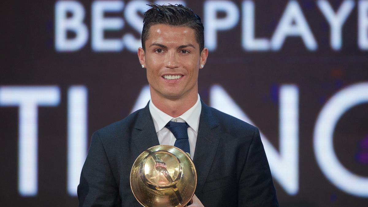 Cristiano Ronaldo, recibiendo el premio en 2014.