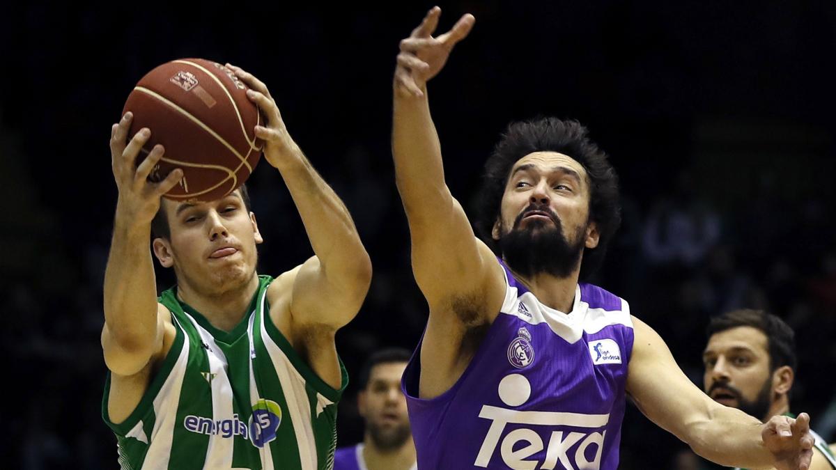 Llull y Radicevic pelean por un balón. (EFE)