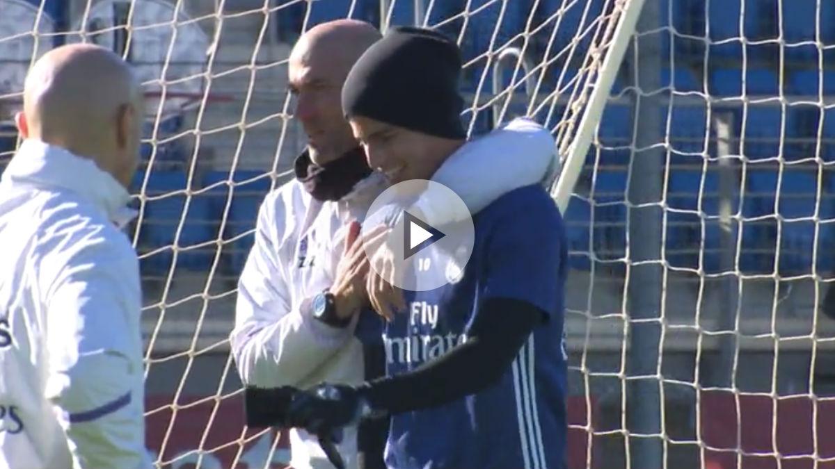 Zidane y James se abrazan durante el entrenamiento.