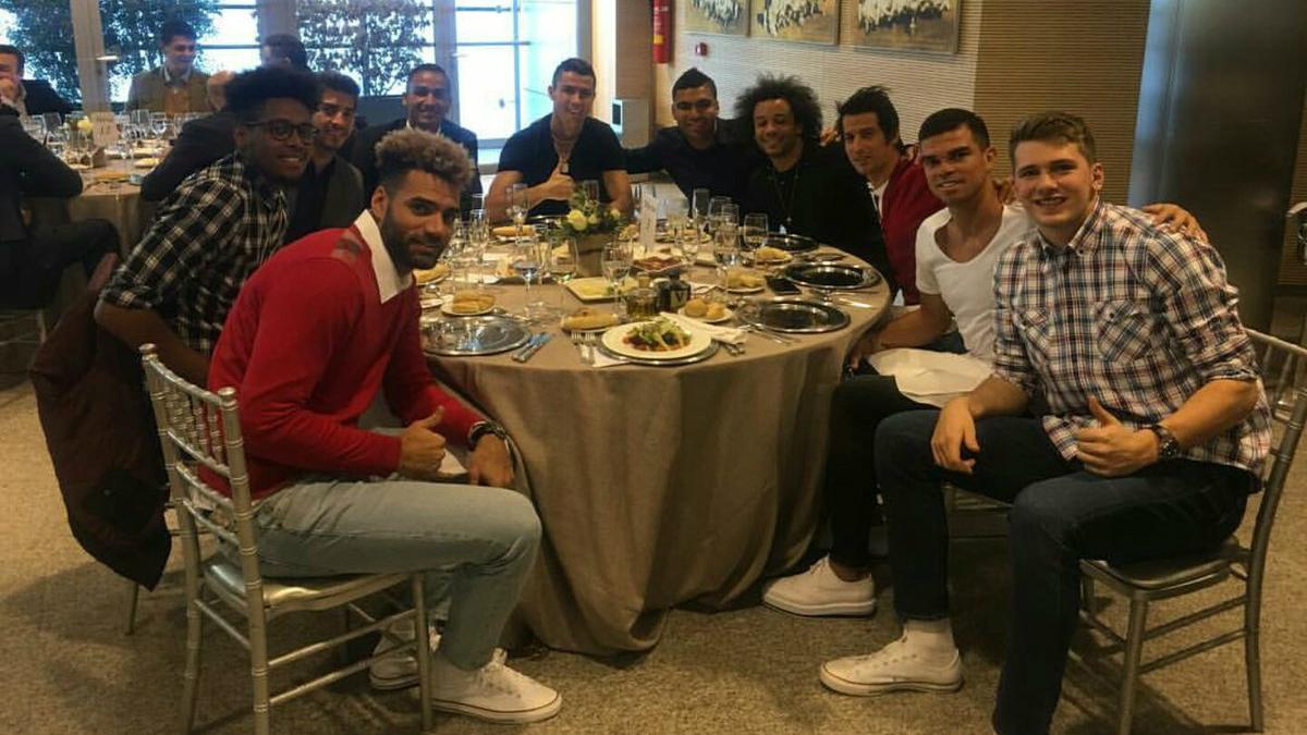 Cristiano y Doncic posan junto a sus compañeros en la comida de Navidad del Real Madrid. (realmadrid.com)