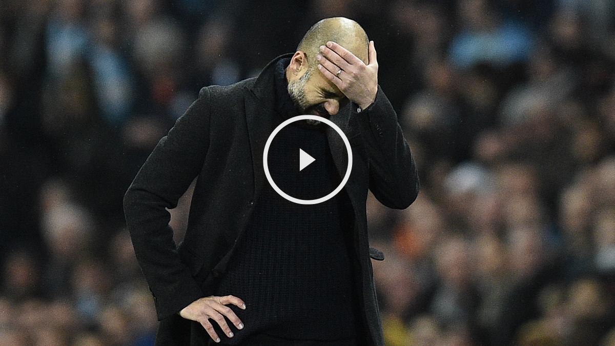 Pep Guardiola, lamentándose en la banda. (AFP)