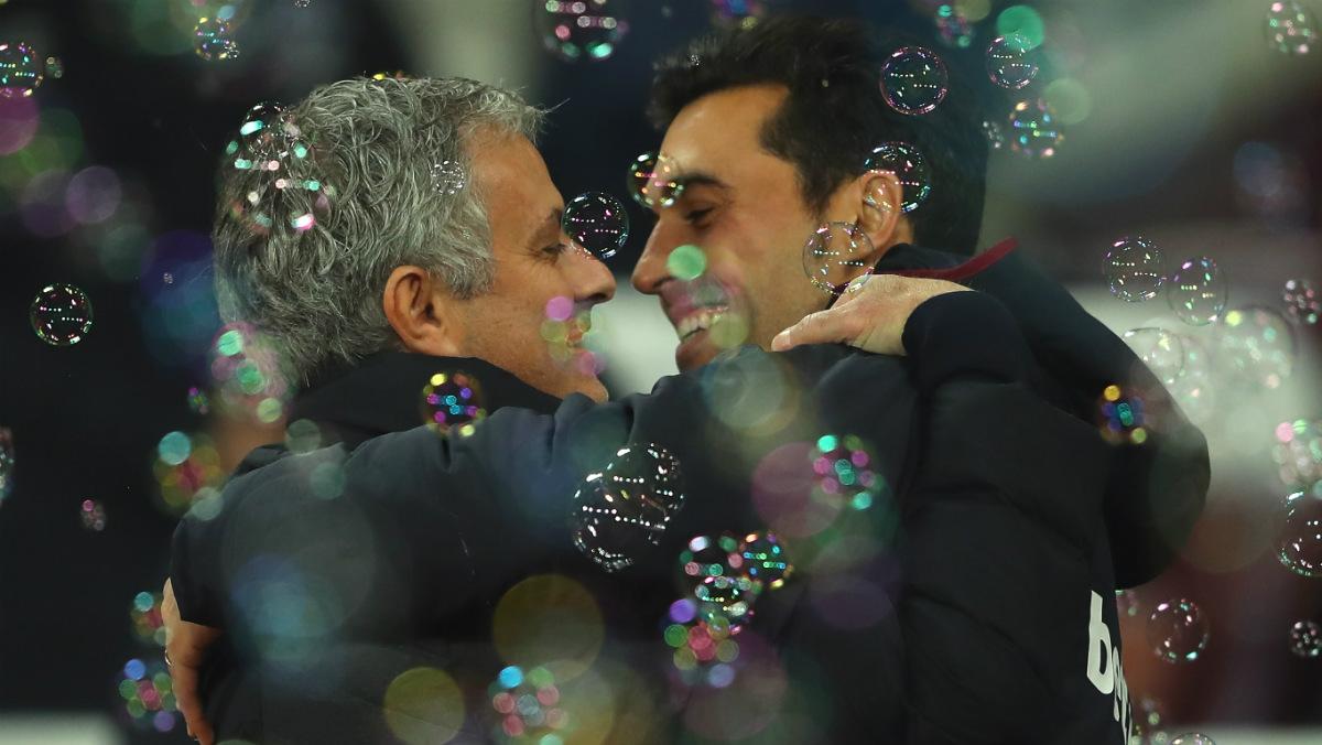 Mourinho y Arbeloa se abrazaron antes del West Ham-Manchester United. (Getty)