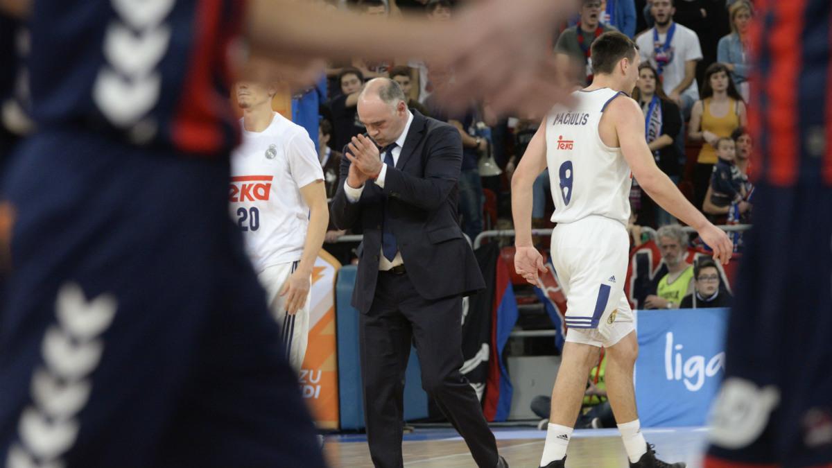 Laso, cabizbajo tras la derrota del Real Madrid ante el Baskonia. (EFE)