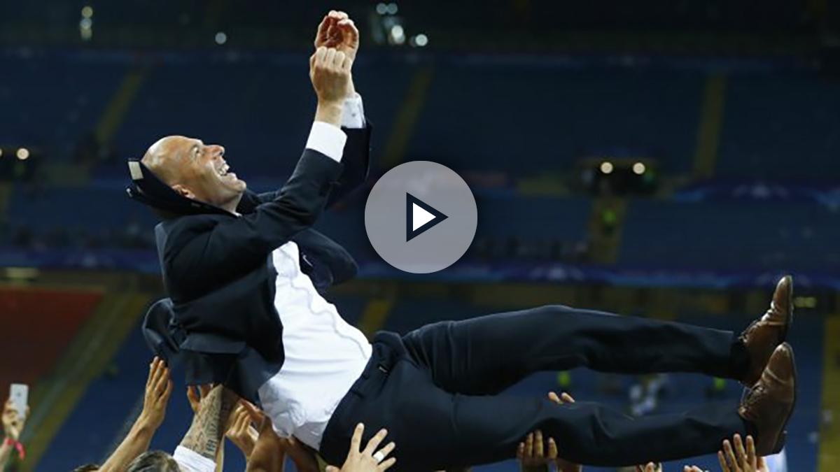 Zinedine Zidane, manteado por sus jugadores tras la victoria. (Reuters)