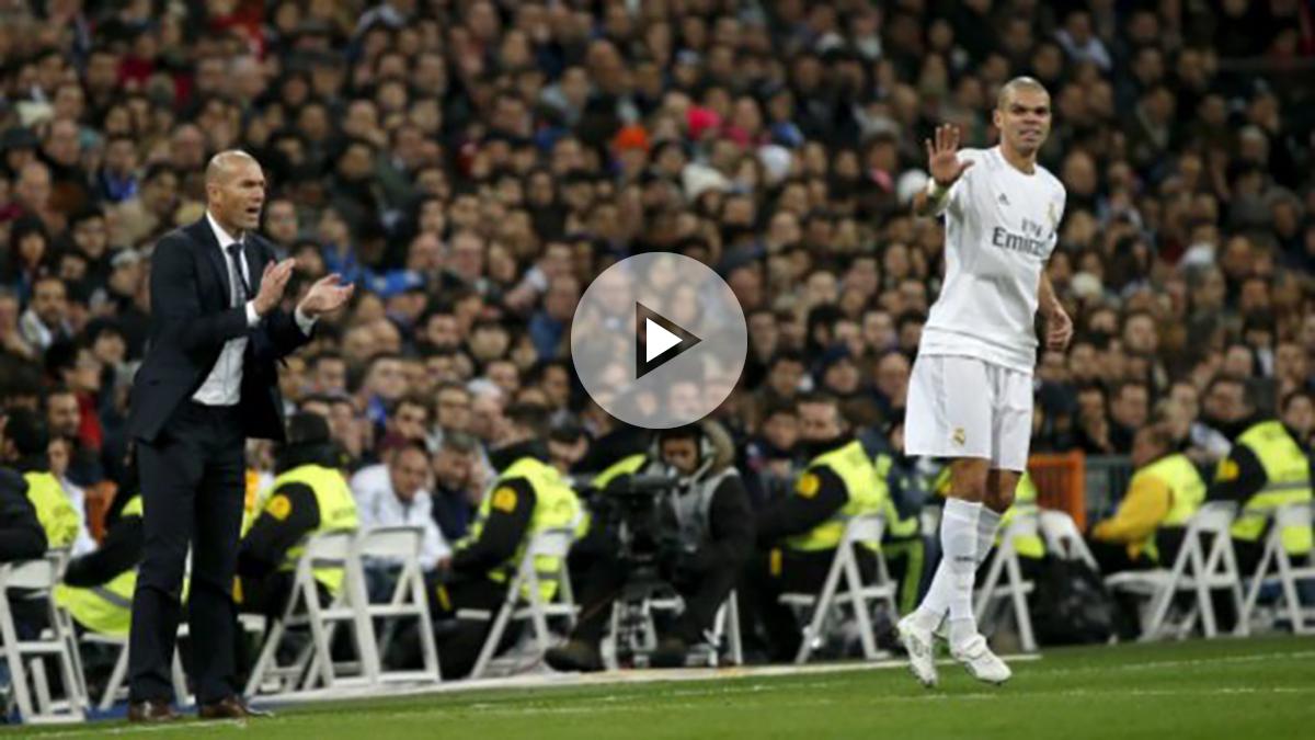 Zidane anima a Pepe durante un partido. (Reuters)