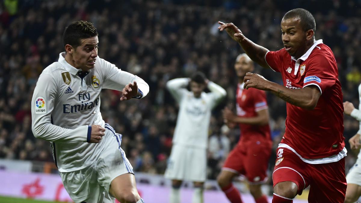 James y Mariano pelean por un balón durante el Real Madrid Vs Sevilla. (AFP)