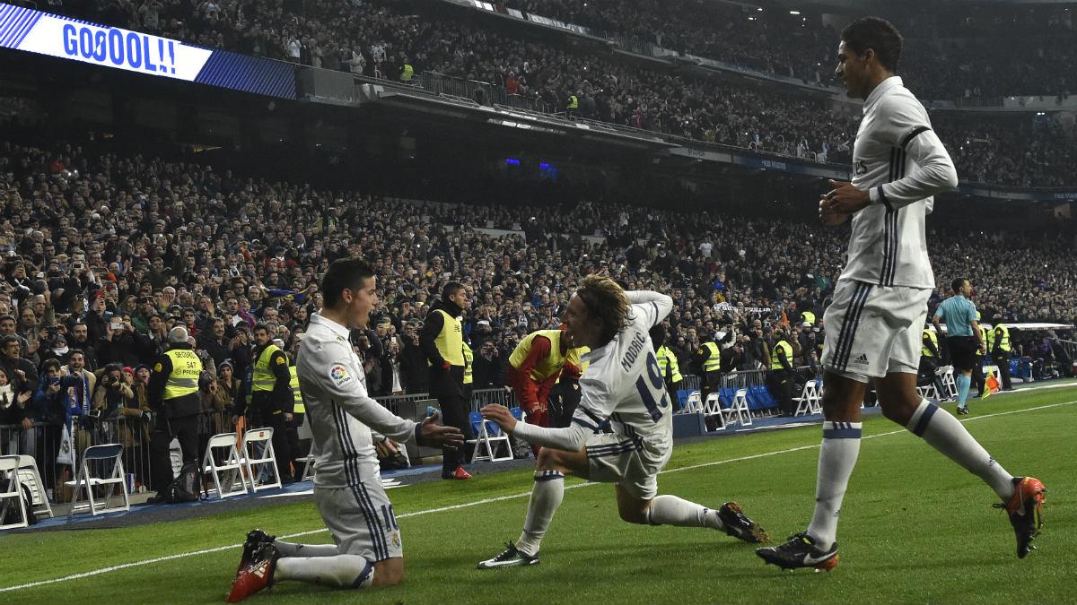 James y Modric celebran uno de los goles del Real Madrid. (AFP)
