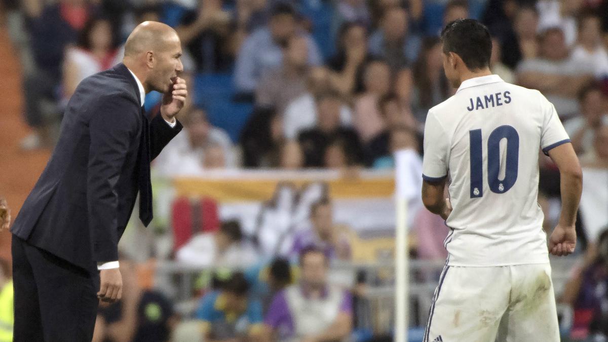 Zidane, dando órdenes a James durante un encuentro.