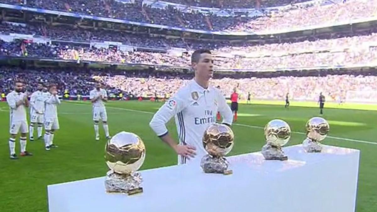 Cristiano Ronaldo posa con sus cuatro Balones de Oro. (captura de pantalla)