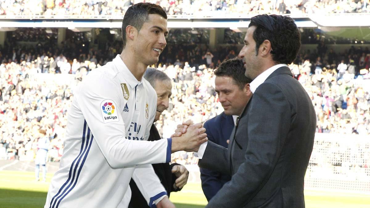 Cristiano saluda a Figo antes de ofrecer el Balón de Oro al Bernabéu.