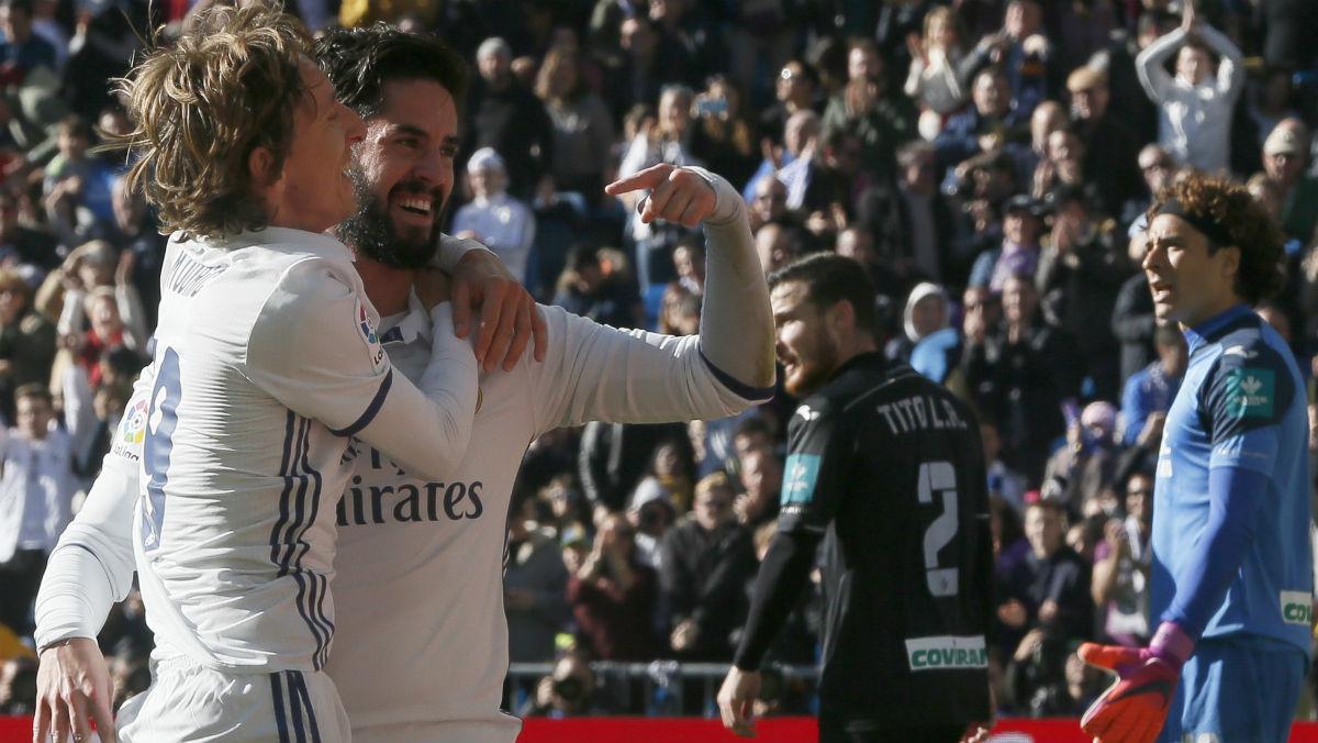 Modric e Isco celebran uno de los goles del Madrid. (EFE)