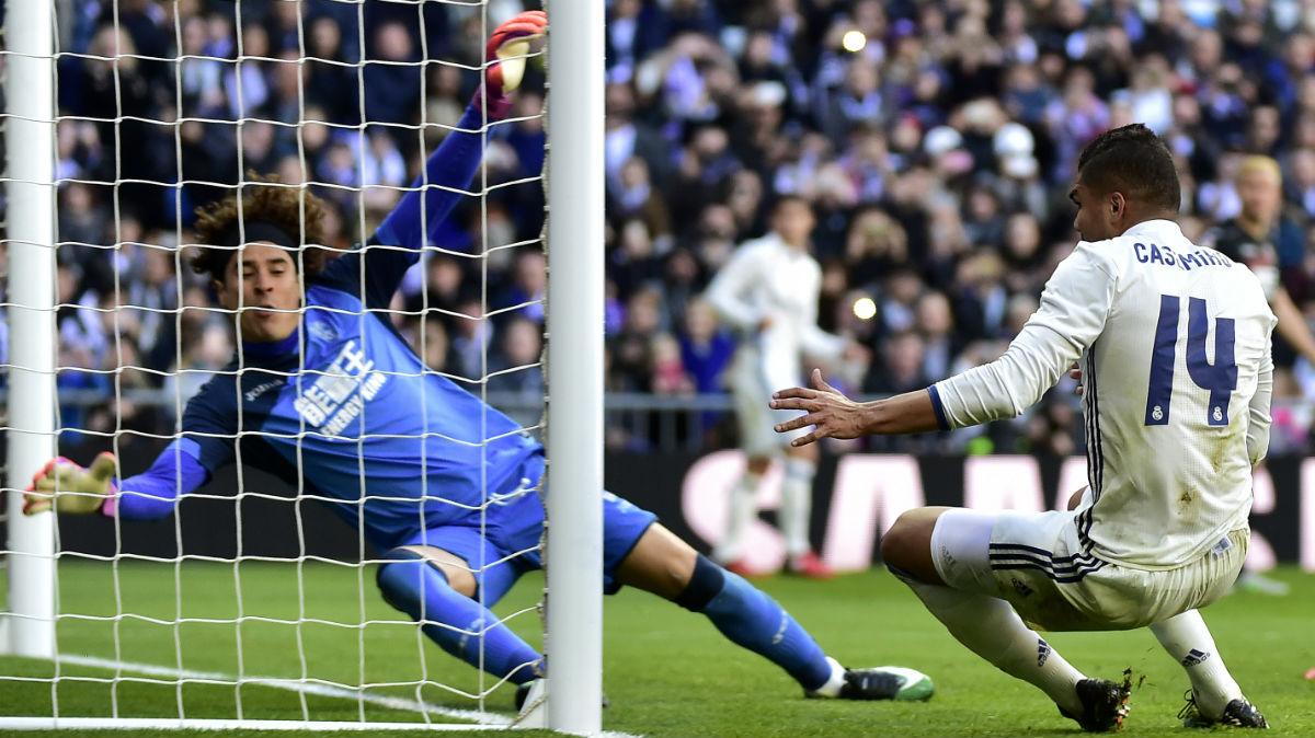Casemiro marca el 5-0 al Granada. (AFP)