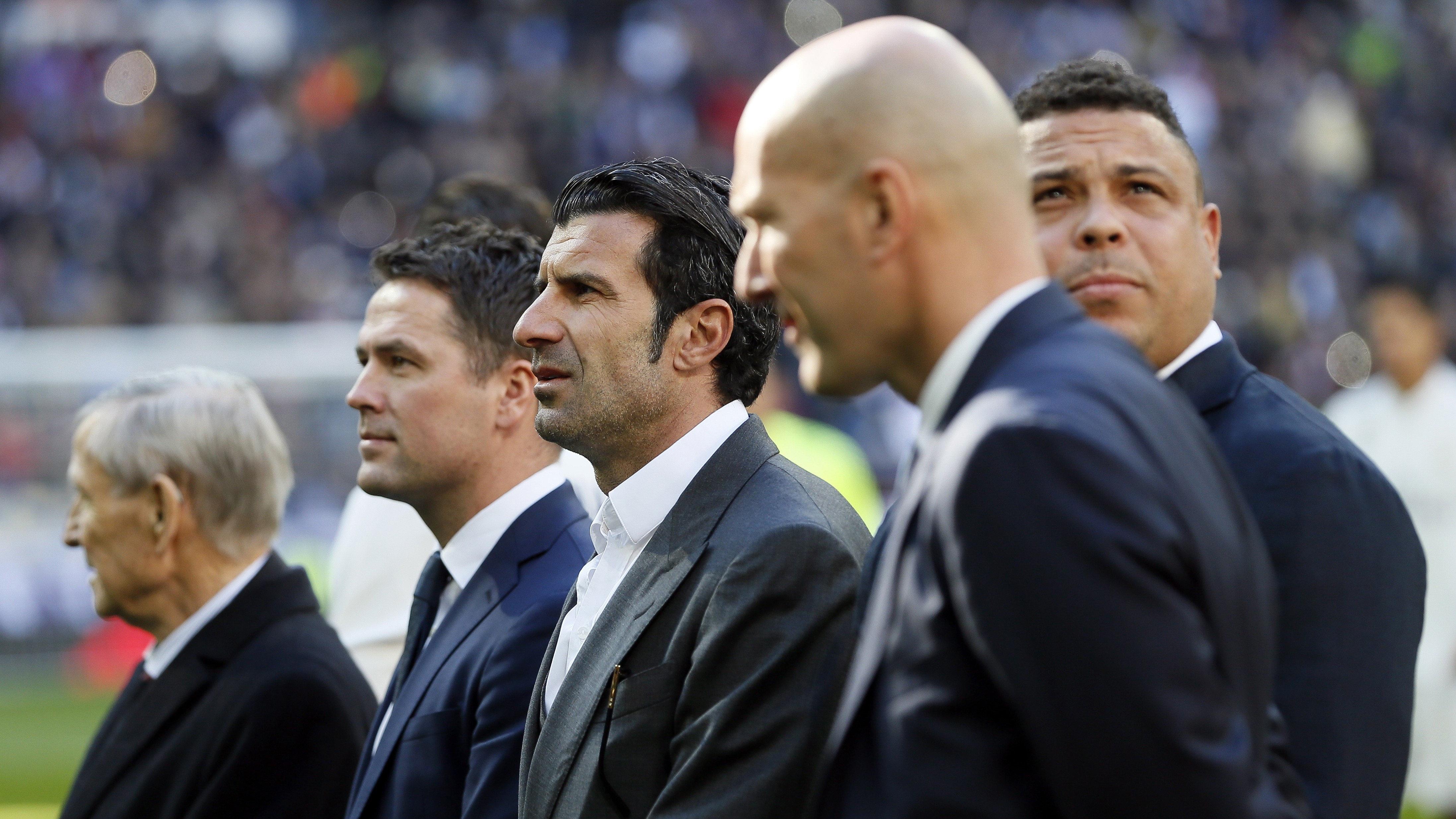 Zidane, acompañando a Cristiano Ronaldo junto a otras leyendas blancas en el Bernabéu.