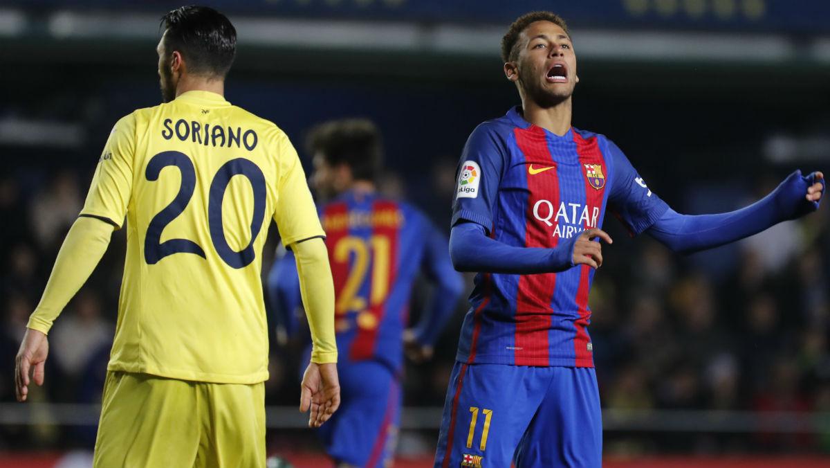 Neymar se lamenta tras fallar una ocasión (AFP)