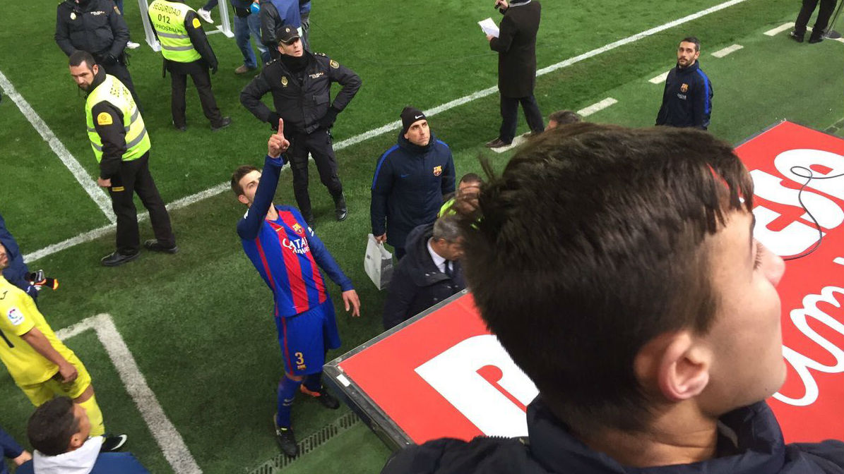 Gerard Piqué señala a Javier Tebas desde el campo del Villarreal.