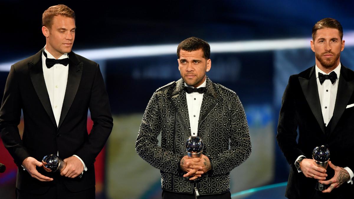 Neuer, Dani Alves y Ramos posan con el galardón del FIFA FIFPro World XI. (AFP)